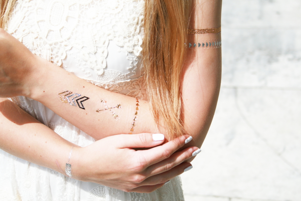 Franziska Elea Blogger Flash Tattoo Sommer Trend Spitzenkleid Gold