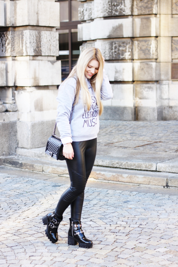 Modeblog Fashionblog München Modeblogger Blogger Pullover Fashion Mode deutsche Blogger Lederleggins Handtasche