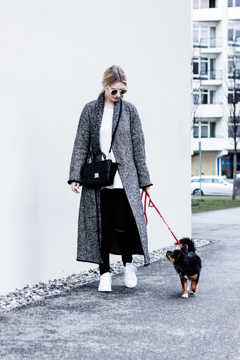Mantel lang bodenlang Mango XXL Oversize Fashion Blog Modeblog München deutsche Blogger Berlin ootd Outfit Adidas Stan Smith Umhängetasche Franziska Elea Chihuahua Hazel