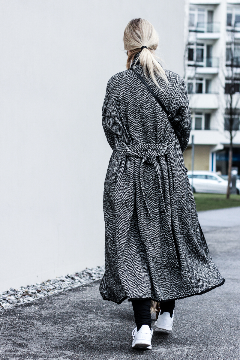 Mantel lang bodenlang Mango XXL Oversize Fashion Blog Modeblog München deutsche Blogger Berlin ootd Outfit Adidas Stan Smith Umhängetasche Franziska Elea Shooting Fotografie