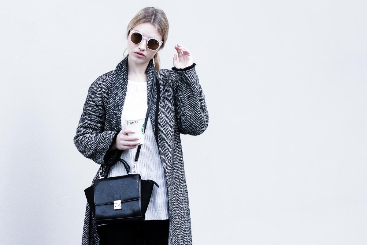 Mantel lang bodenlang Mango XXL Oversize Fashion Blog Modeblog München deutsche Blogger Berlin ootd Outfit Adidas Stan Smith Umhängetasche Franziska Elea Shooting Portrait