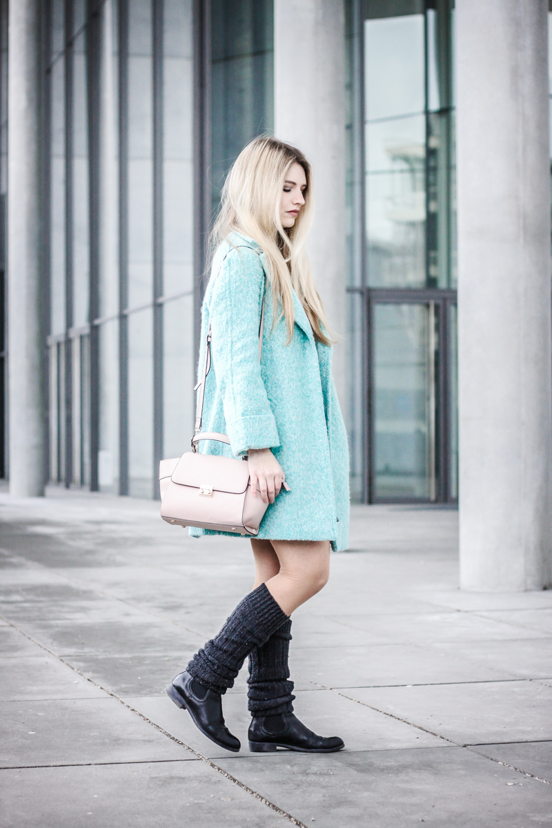Franziska Elea Mantel Winter Zara türkis Blogger Mode Blog Fashion Blog München Fashionblogger Berlin ootd Outfit Look Overknees Strümpfe Look Kombination