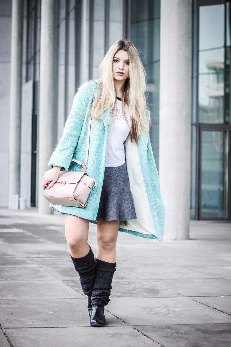 Franziska Elea Mantel Winter Zara türkis Blogger Mode Blog Fashion Blog München Fashionblogger Berlin ootd Outfit Look Overknees Strümpfe Rock Tasche Accessorize Crossbody