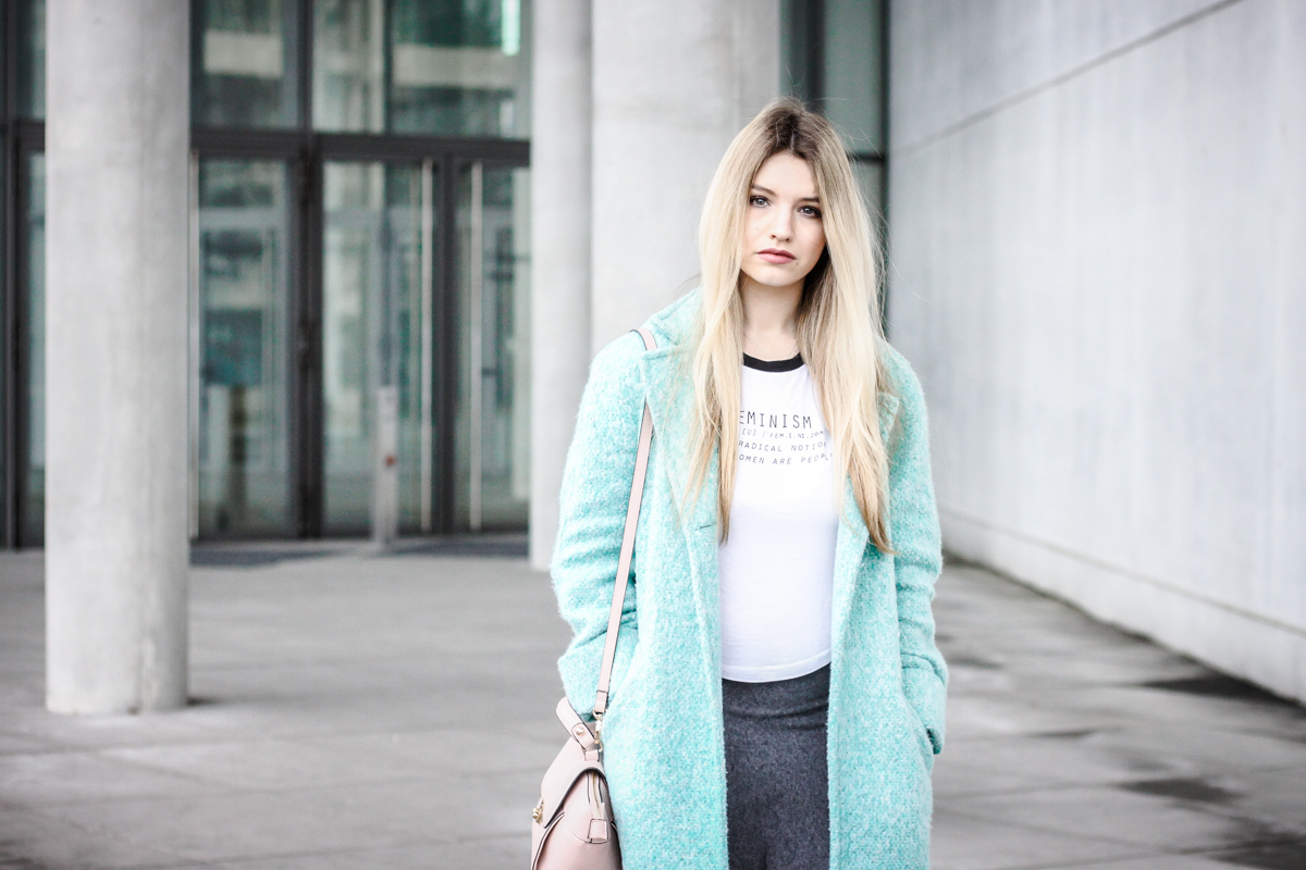 Franziska Elea Mantel Winter Zara türkis Blogger Mode Blog Fashion Blog München Fashionblogger Berlin ootd Outfit Look Overknees Strümpfe Rock Tasche Accessorize Portrait Trapeztasche rosa