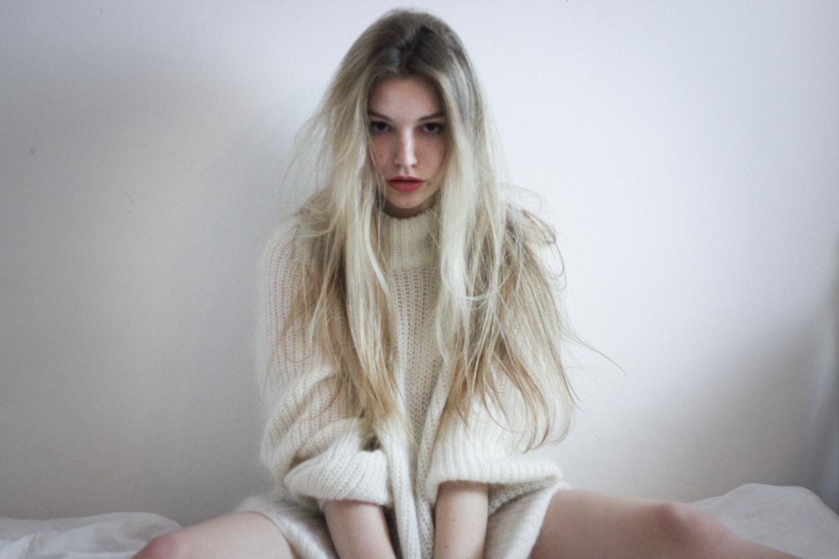 Franziska Elea Matt Haig Buch Depression heilen gegen Selbstmord Abgrund Lifestyle Blog München Berlin Blogger Bett Einsamkeit Pullover Fashionblog