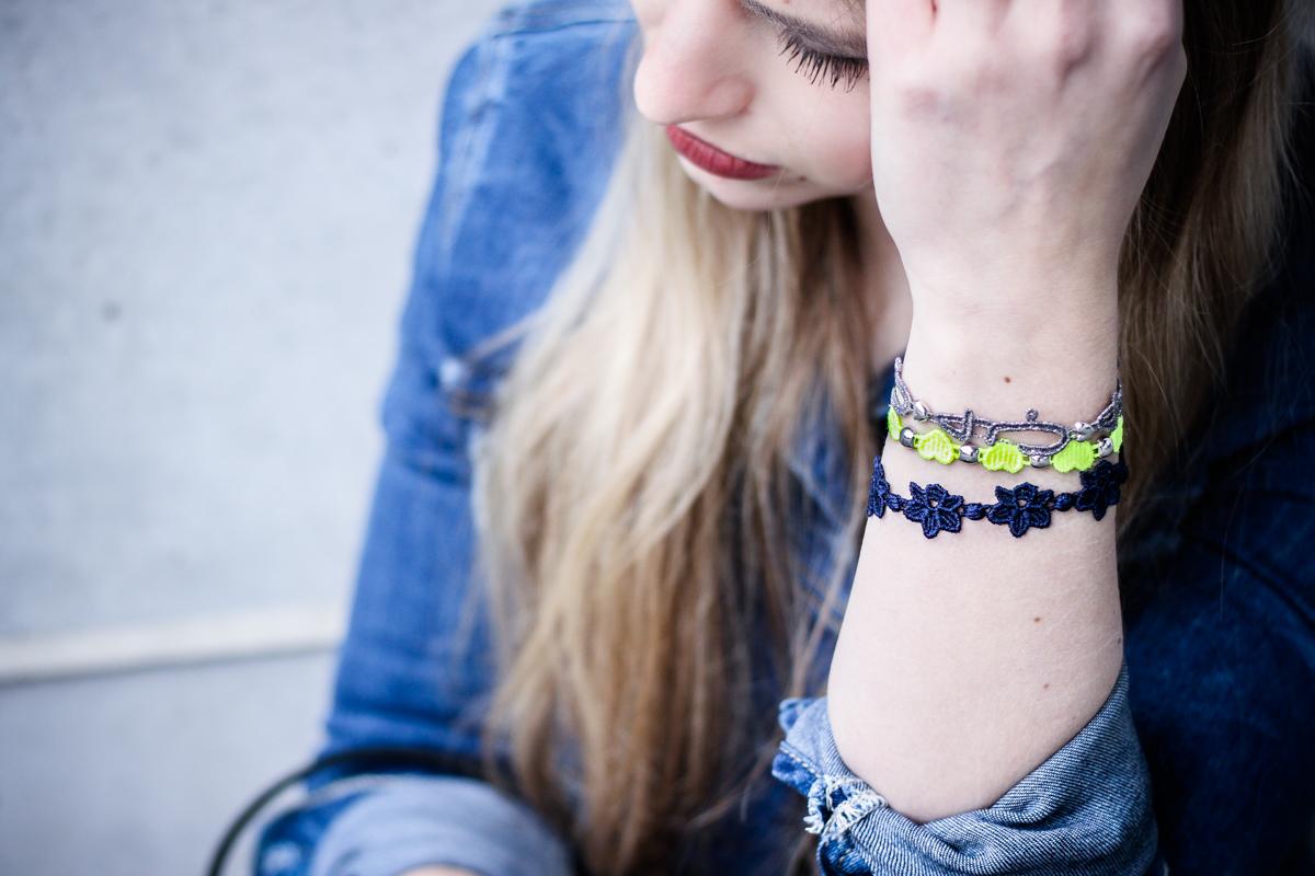 Franziska Elea Mode Blog München ootd Outfit Fashionblogger Modeblogger Guess Jeansjacke Jeans Ash Ledereggins Style Half Bun deutsche Blogger Cruciani Armband Armbänder Fransentasche