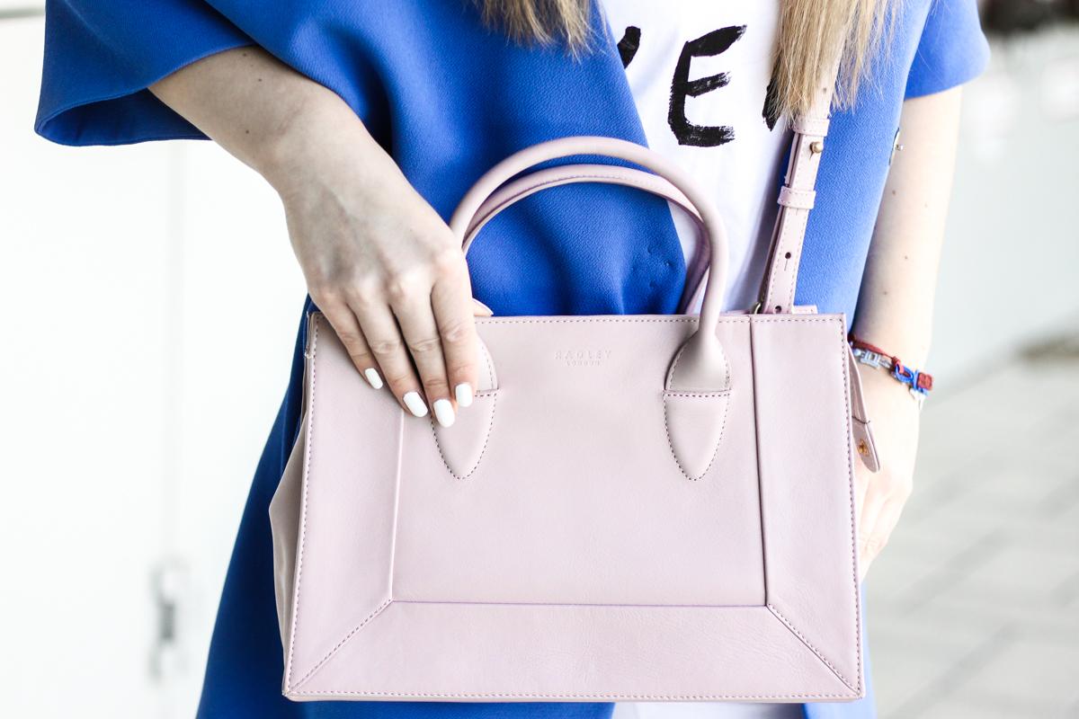Franziska Elea Blogger Mode Lifestyle Beauty Fashionblog Outfit Kombination Umhängetasche Sommer Mantel weiße Hose zerrissen Radley rosa