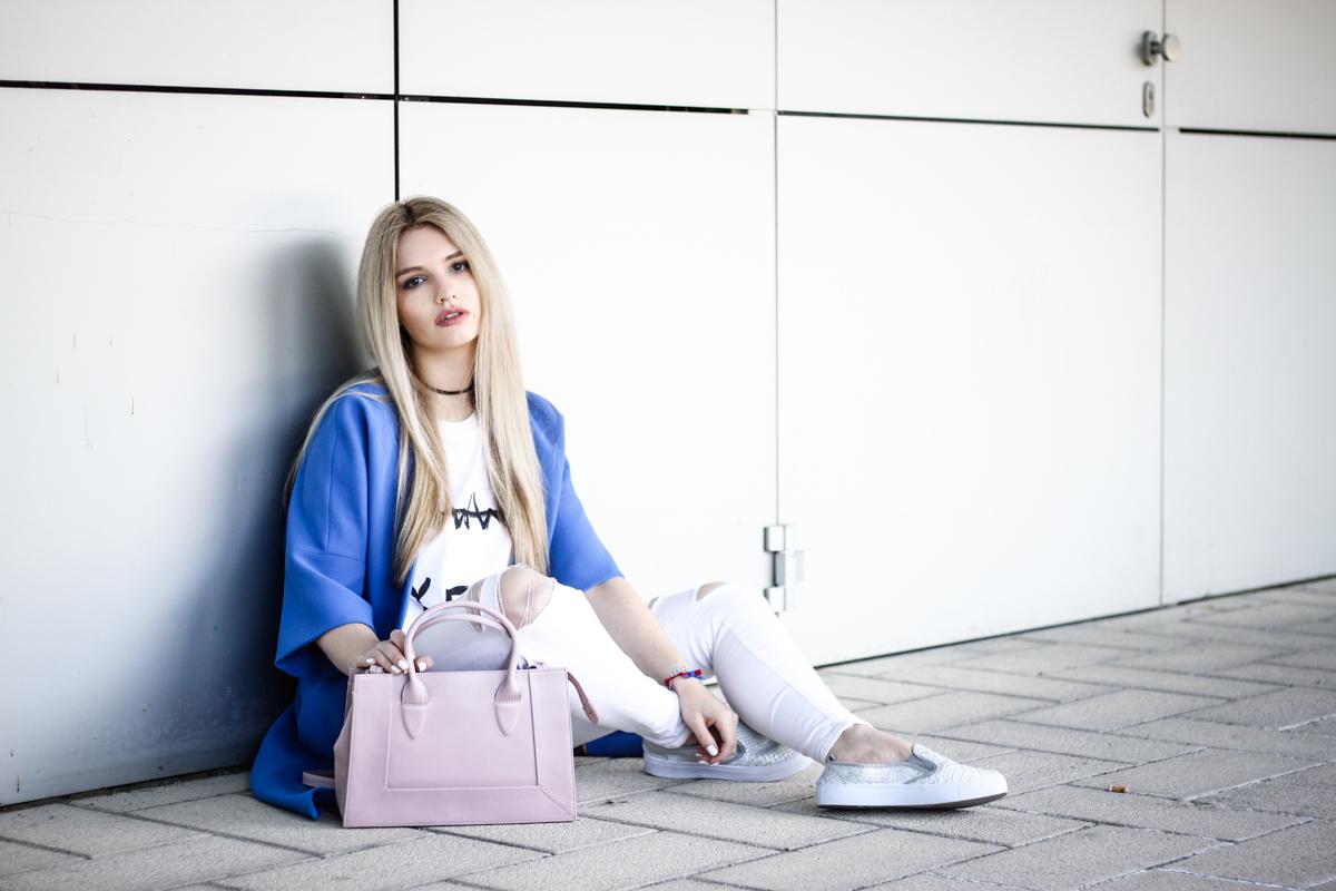 Franziska Elea Blogger Mode Lifestyle Beauty Fashionblog Outfit Kombination Umhängetasche Sommer Mantel weiße Hose zerrissen