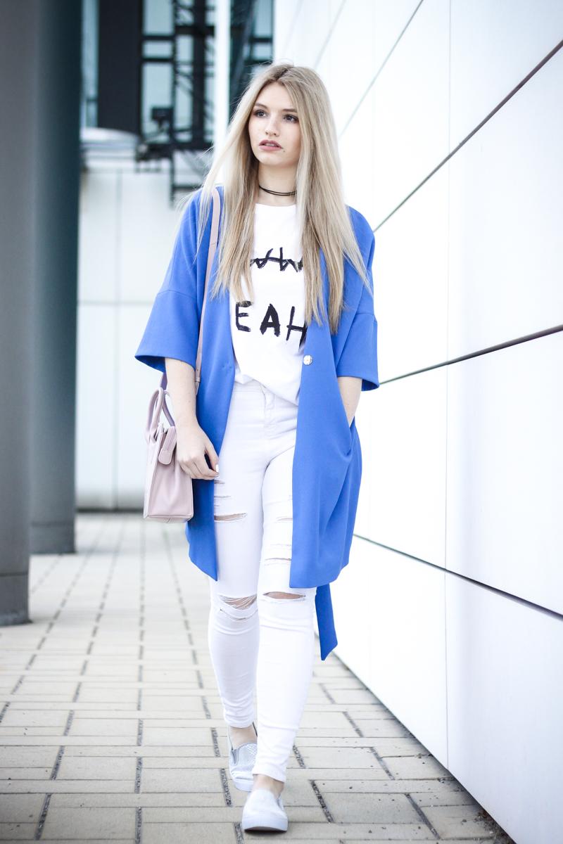 Franziska Elea Blogger Mode Lifestyle Beauty Fashionblog Outfit Umhängetasche Sommer Modeblog München Details blau zerrissene Jeans