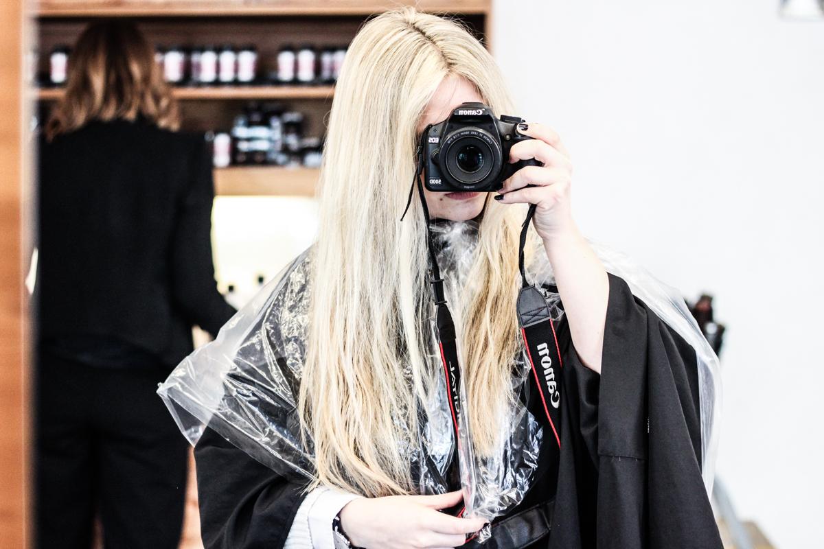 Franziska Elea Blogger Mode Lifestyle Beauty Granny Hair graue Haare färben Silber Friseur München blond Fashion Blog Modeblogger hellblond