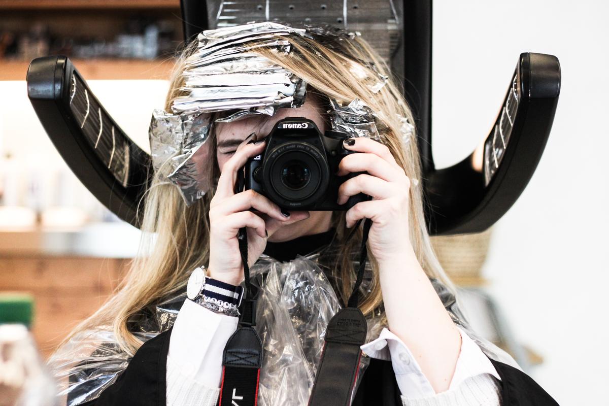 Franziska Elea Blogger Mode Lifestyle Beauty Granny Hair graue Haare färben Silber Friseur München blond Fashion Blog