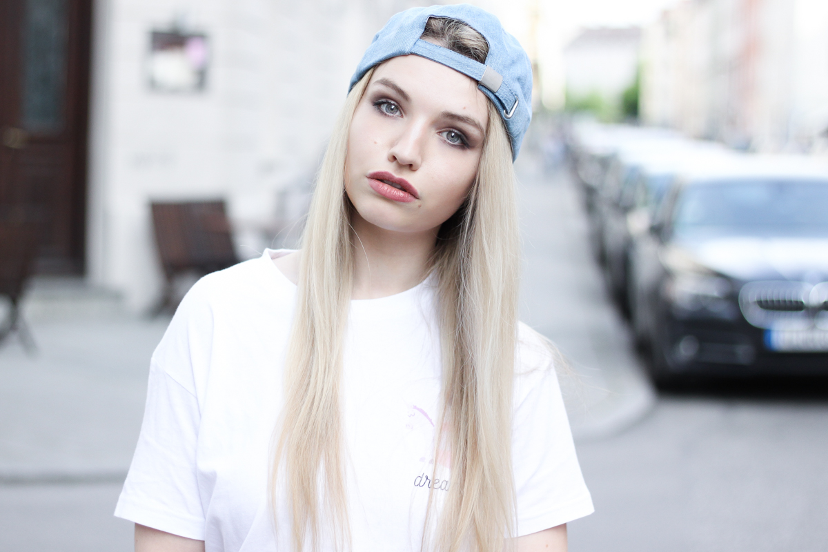 Franziska Elea Blogger Fashionblog Mode T Shirt Einhorn Unicorn Camaloon Mini Rock Outfit Cap New Look München Streetstyle Munich