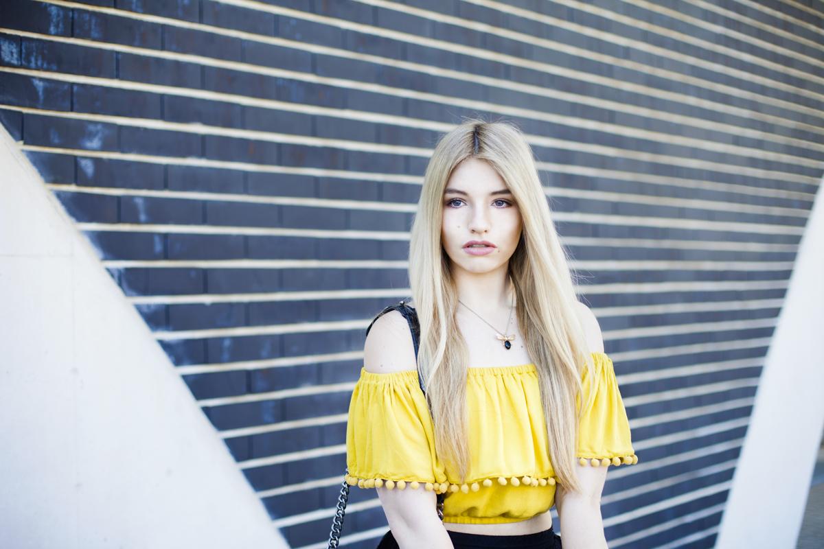 Franziska Elea Blogger Fashionblog Outfit Modeblog München deutsche Fashionblogger Influencer Chanel Spitzenrock Deutschland Zara gelb Sommer Portrait