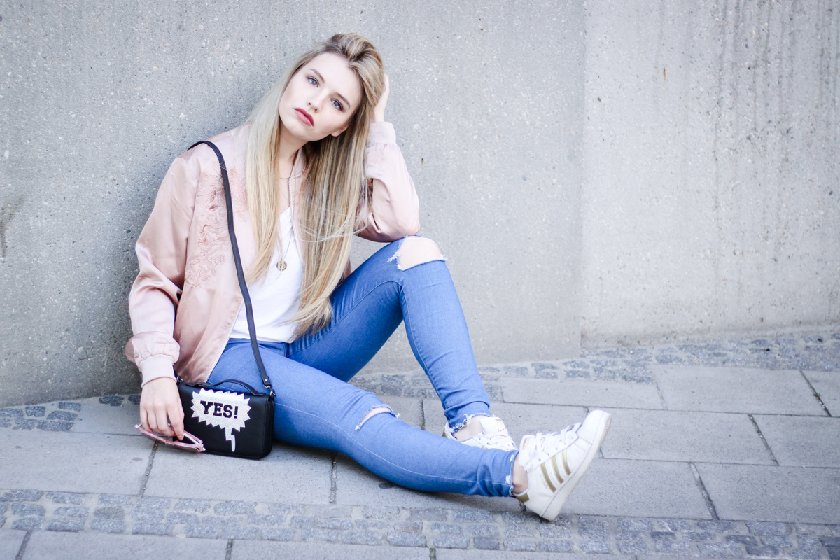 Franziska Elea Blogger Fashionblog Outfit Modeblog München deutsche Fashionblogger rosa Bomberjacke Sommer Trend Style Jeans Adidas