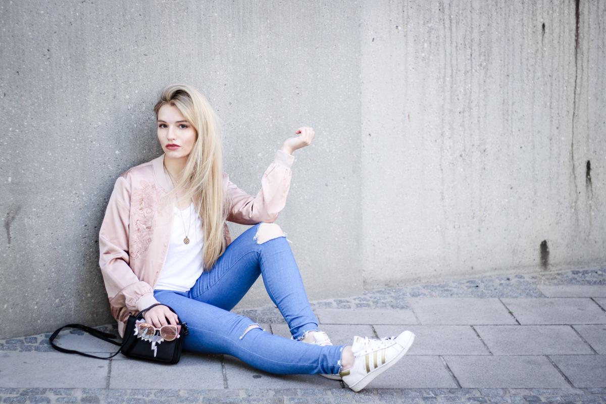 Franziska Elea Blogger Fashionblog Outfit Modeblog München deutsche Fashionblogger rosa Bomberjacke Sommer Trend Style Jeans