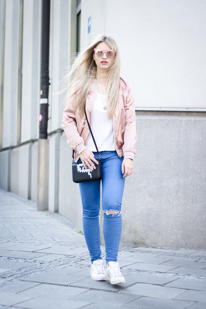 Franziska Elea Blogger Fashionblog Outfit Modeblog rosa Bomberjacke Sommer Trend Style Jeans Adidas Look kombinieren