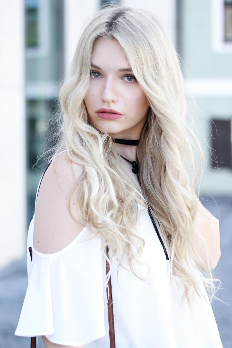 Franziska Elea Blogger München Locken Extensions Choker Asos Halsband Off Shoulder ootd Outfit schulterfrei Top lustig 90s Kette Fashion Blog blond lange Haare