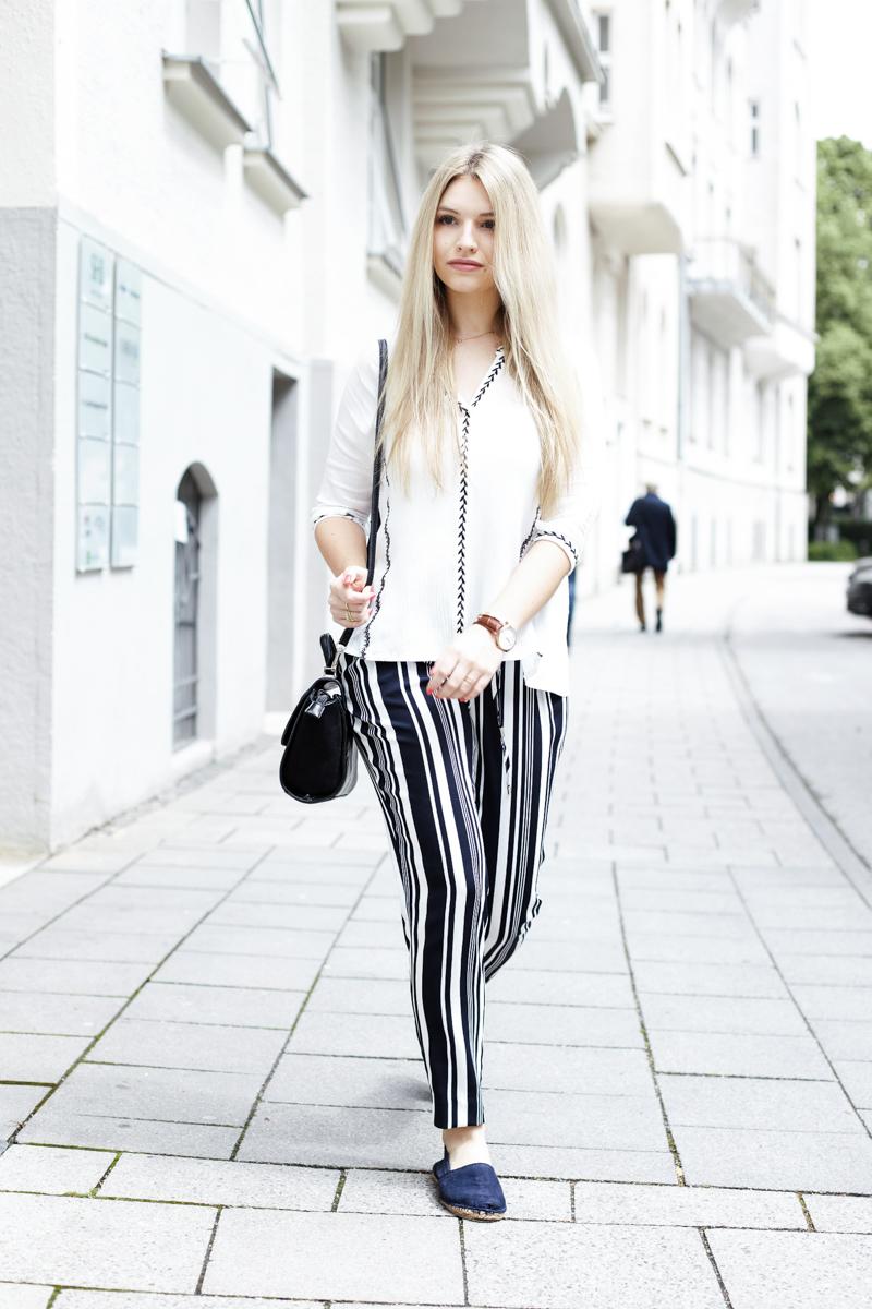 Franziska Elea Blogger München Modeblogger Bluse weiß gestreifte Hose Sommer Zara Streetstyle Fashion Mode Style Look Kombination