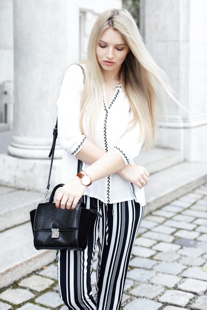 Franziska Elea Blogger München Modeblogger Bluse weiß gestreifte Hose Sommer Zara Streetstyle Fashion Mode ootd Outfit Umhängetasche Hallhuber