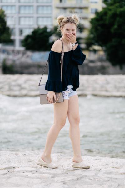 Franziska Elea Modeblogger München deutsche Blogger Off Shoulder Bluse Sommer Look Hotpants Tasche Espadrilles