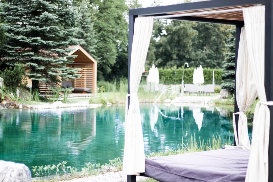 Franziska Elea deutsche Blogger Modeblog Fashion Blog München Österreich Genussdorf Gmachl Wellnesshotel Garten Badeteich Outdoor Bett Pool schwimmen