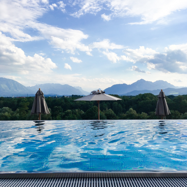 Franziska Elea deutsche Blogger Modeblog Fashion Blog München Travel Infinity Pool Wasser Rooftop Aussicht Berge Alpen Österreich View Pool romantisch