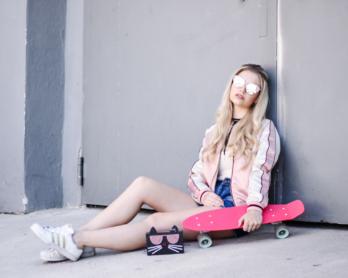 Franziska-Elea-deutsche-Blogger-Modeblog-Fashionblog-München-Bomberjacke-Satin-Outfit-Penny-Boar-Skatedboard-Pink-Karl-Lagerfeld-Tasche