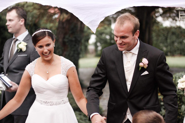 Franziska-Elea-deutsche-Blogger-Modeblog-Fashionblog-München-Hochzeit-Braut-Brautstrauß-Blumenstrauß-Rosen-weiß-rosa-Hochzeitsanzug-Details-Bräutigam_