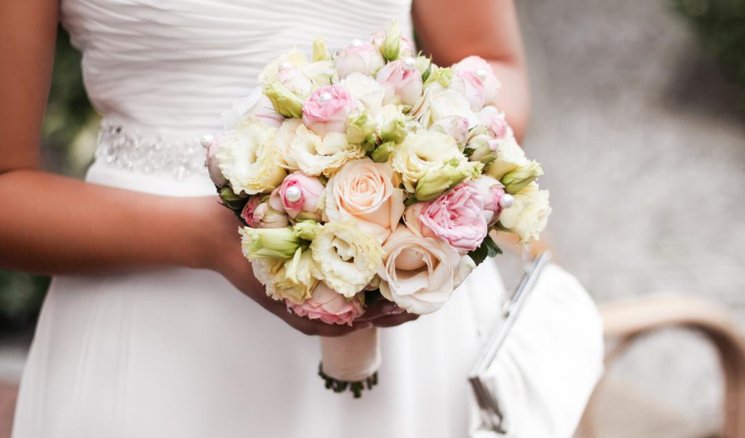 Franziska Elea deutsche Blogger Modeblog Fashionblog München Hochzeit Braut Brautstrauß Blumenstrauß Rosen weiß rosa Hochzeitskleid Brautkleid