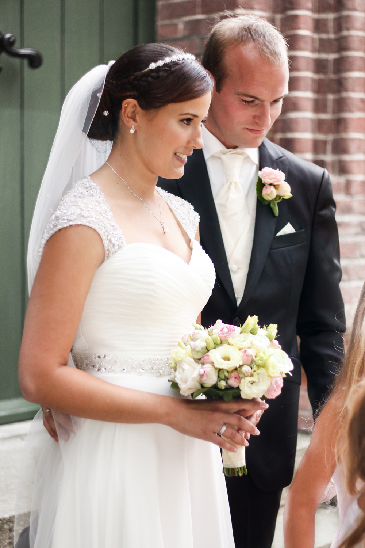 Franziska-Elea-deutsche-Blogger-Modeblog-Fashionblog-München-Hochzeit-Braut-Brautstrauß-Blumenstrauß-Rosen-weiß-rosa-Hochzeitskleid-Brautkleid-Bräutigam-Paar