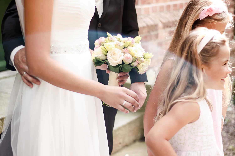 Franziska-Elea-deutsche-Blogger-Modeblog-Fashionblog-München-Hochzeit-Braut-Brautstrauß-Brautkleid-Glitzer-Schleier-Kirche-Trauung-Blumen-Blumenmädchen