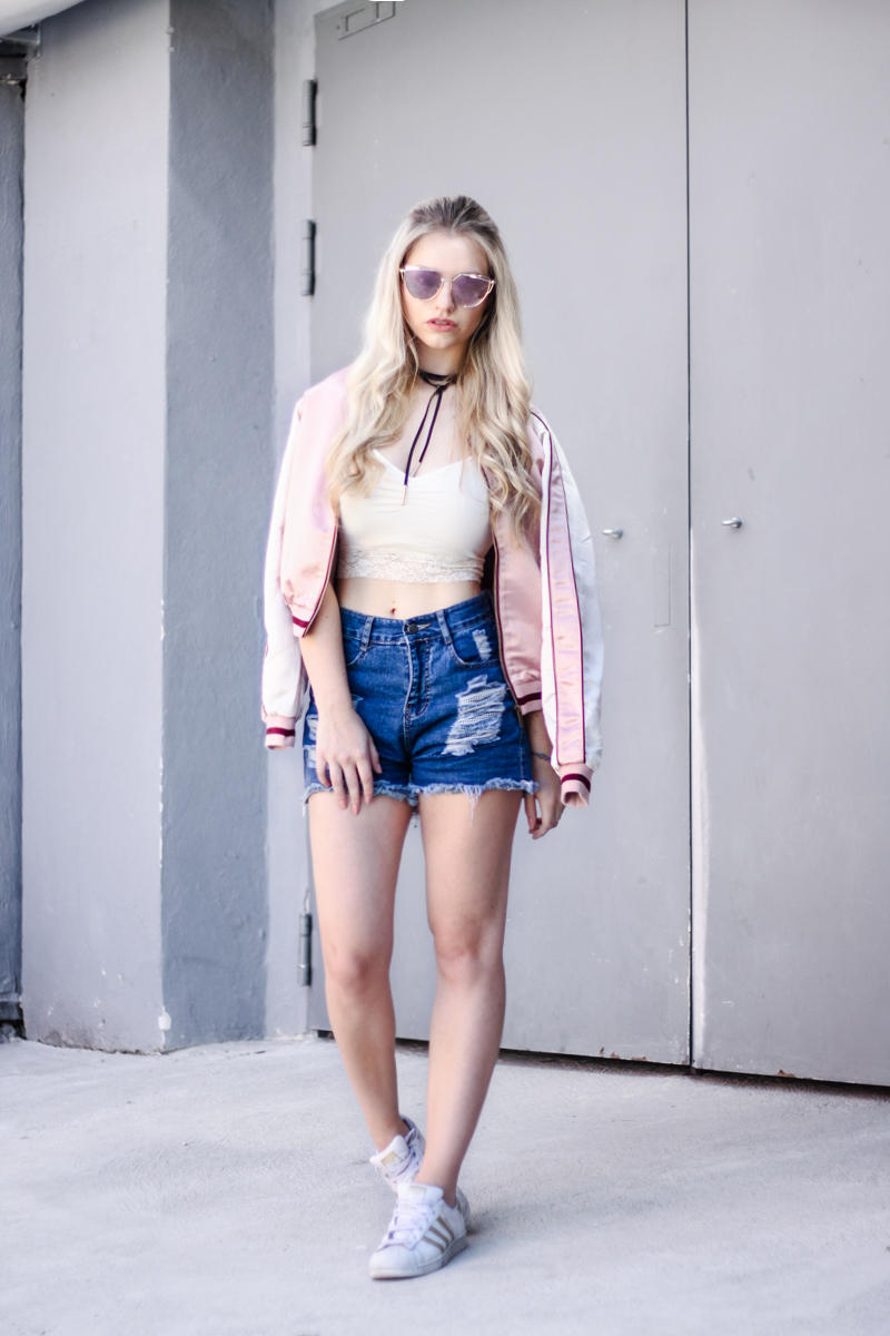 Franziska-Elea-deutsche-Blogger-Modeblog-Fashionblog-München-Review-Bomberjacke-Satin-rosa-Print-Sonnenbrille-verspiegelt-Sommer-Outfit-Hot-Pants-high-rise