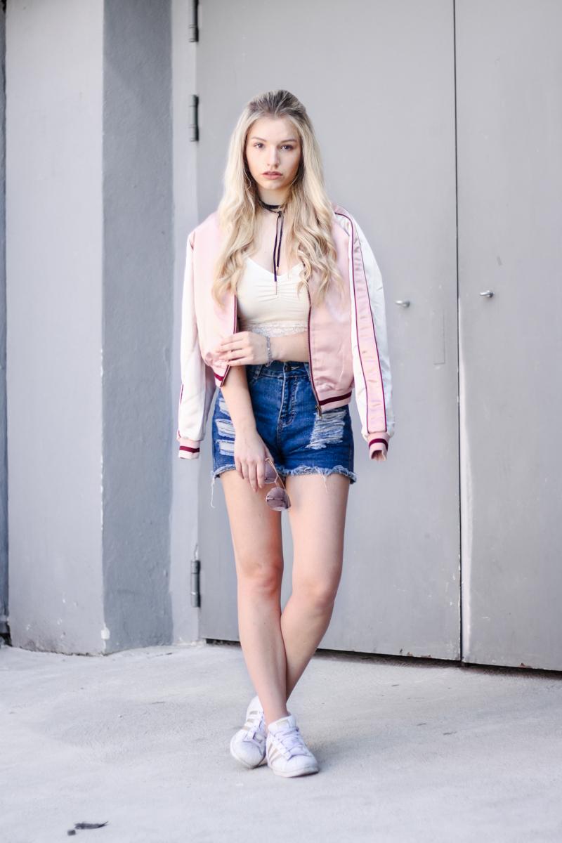 Franziska-Elea-deutsche-Blogger-Modeblog-Fashionblog-München-Review-Bomberjacke-Satin-rosa-Print-Sonnenbrille-verspiegelt-Sommer-Outfit