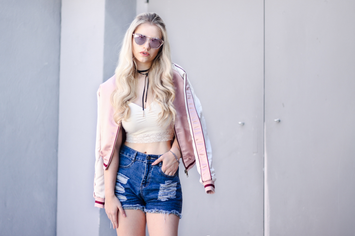 Franziska-Elea-deutsche-Blogger-Modeblog-Fashionblog-München-Review-Bomberjacke-Satin-rosa-Sommer-Outfit-Hot-Pants-high-rise-Jeans-summer-Style