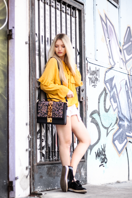 Franziska-Elea-deutsche-Blogger-Modeblog-Fashionblog-München-Zara-Outfit-Style-Look-kombinieren-Bluse-Schleife-ootd-Outfitblogger-Hot-Pants-Tasche-MCM