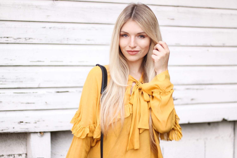 Franziska-Elea-deutsche-Blogger-Modeblog-Fashionblog-München-Zara-Outfit-Style-Look-kombinieren-Bluse-Schleife-ootd-senfgelb-Styleblog-Tasche-MCM