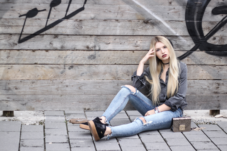 franziska-elea-outfit-kombination-mit-puma-creeper-creepers-rihanna-zerrissene-jeans-furla-metropolis-gold-metallic-laessiger-style-mit-schwarz-wildleder-sneaker