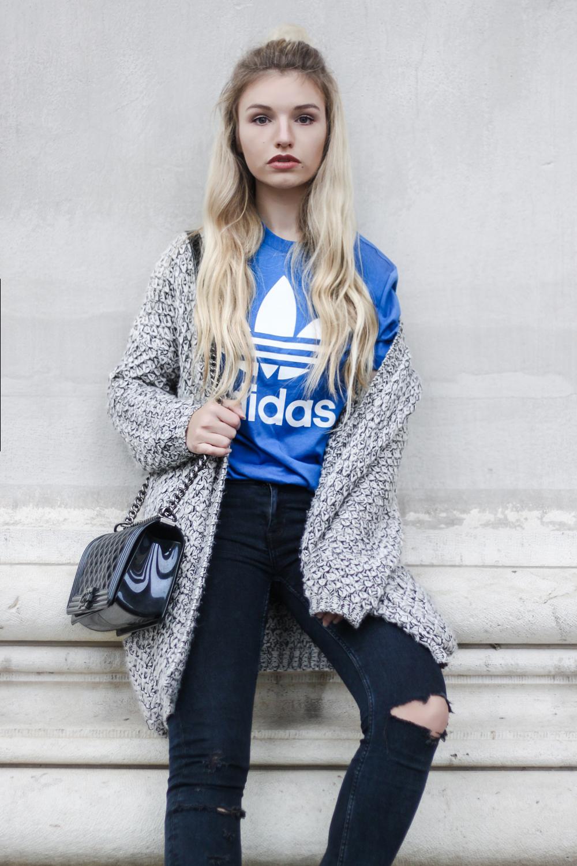 franziska-elea-deutsche-blogger-adidas-outfit-stan-smith-sneaker-t-shirt-kombinieren-jeans-mit-loechern-halber-dutt-penny-board-blau-modeblogger-outfit-2016