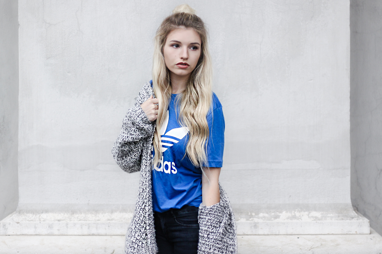 franziska-elea-deutsche-blogger-adidas-outfit-stan-smith-sneaker-t-shirt-kombinieren-jeans-mit-loechern-half-bun-blogger-frisuren-portrait-fotoshooting-mit-bloggern
