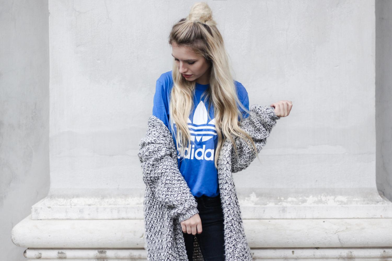 franziska-elea-deutsche-blogger-adidas-outfit-stan-smith-sneaker-t-shirt-kombinieren-jeans-mit-loechern-half-bun-blogger-frisuren-nachmachen-modeblogger