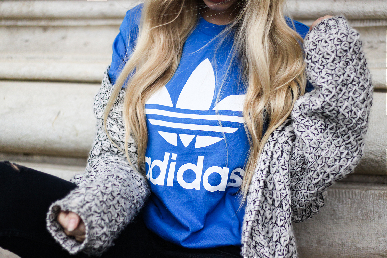franziska-elea-deutsche-blogger-adidas-outfit-stan-smith-sneaker-weiss-t-shirt-kombinieren-boyfriend-shirt-in-blau-altes-adidas-logo_