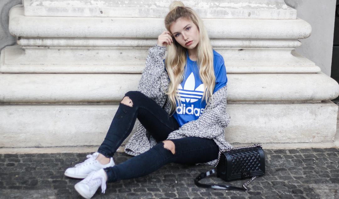 franziska-elea-deutsche-blogger-adidas-outfit-stan-smith-sneaker-weiss-t-shirt-kombinieren-jeans-mit-loechern-half-bun-blogger-frisuren-portrait-outfit-inspiration