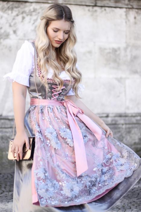 Franziska-Elea-deutsche-Blogger-Modeblog-Fashionblog-München-Dirndl-Oktoberfest-Wiesn-Madl-Krüger-Schürze-Look-Outfit-Bluse-Details-Saum-Spitzendirndl