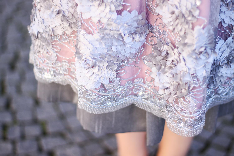 Franziska Elea deutsche Blogger Modeblog Fashionblog München Dirndl Oktoberfest Wiesn Madl Krüger Schürze Look Outfit Bluse Details Saum verspielt