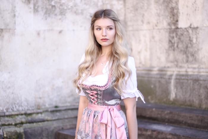 Franziska-Elea-deutsche-Blogger-Modeblog-Fashionblog-München-Dirndl-Oktoberfest-Wiesn-Madl-Krüger-Schürze-Look-Outfit-Bluse-bunt-süß-Traumdirndl