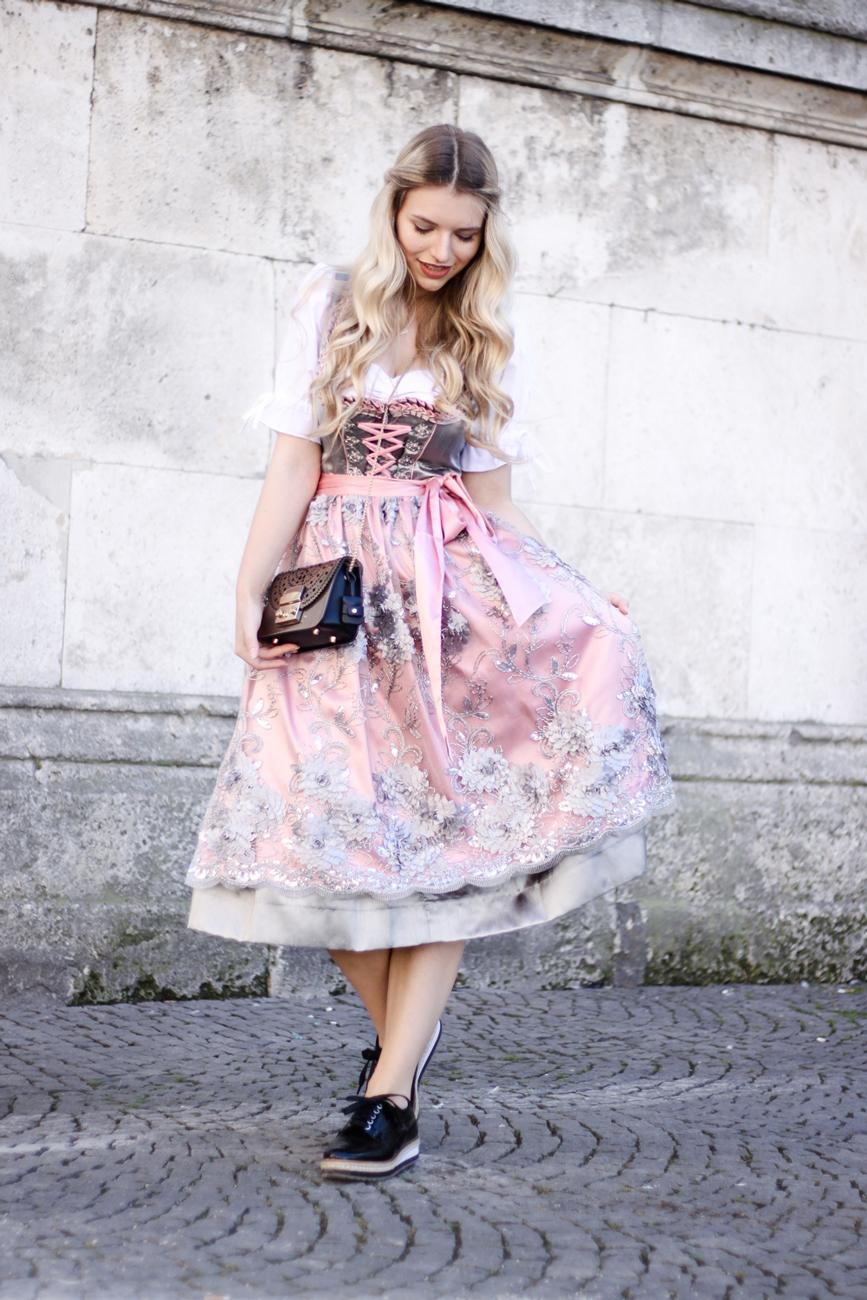 Franziska-Elea-deutsche-Blogger-Modeblog-Fashionblog-München-Dirndl-Oktoberfest-Wiesn-Madl-Krüger-Zalando-rosa-grau-spitze-Spitzendirndl-Seide