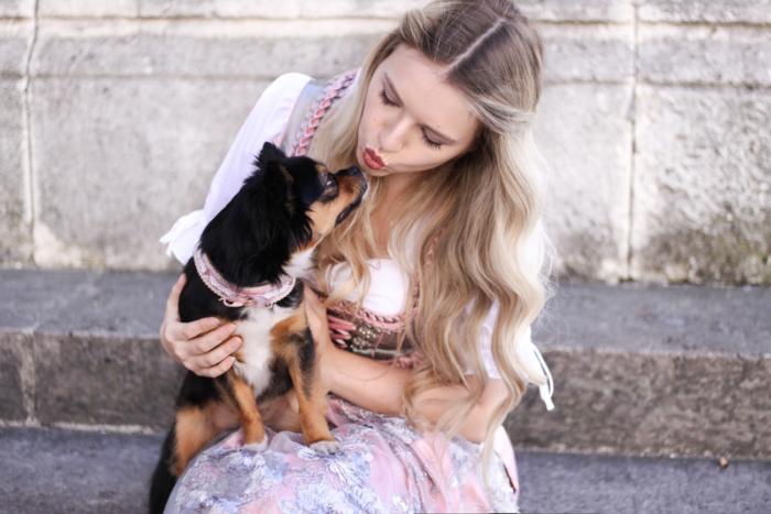 Franziska-Elea-deutsche-Blogger-Modeblog-Fashionblog-München-Dirndl-Oktoberfest-Wiesn-Madl-Krüger-rosa-grau-spitze-Kleid-Seidenkleid-Schürze-Hund-Liebe