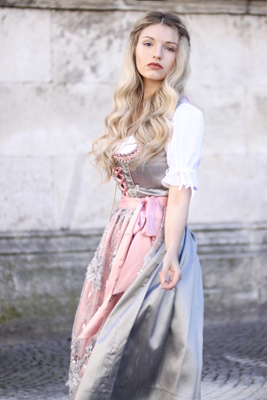 Franziska-Elea-deutsche-Blogger-Modeblog-Fashionblog-München-Dirndl-Oktoberfest-Wiesn-Madl-Krüger-rosa-grau-spitze-Seidendirndl-deutsche-Tracht