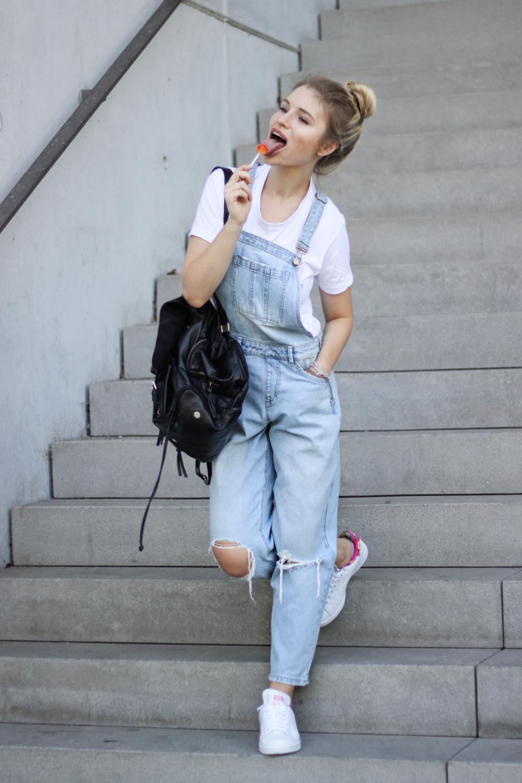 franziska-elea-deutsche-blogger-modeblog-fashionblog-muenchen-latzhose-trend-ootd-style-look-latzhosen-adidas-stan-smith-cap-chupa-chups-lutscher-inspo
