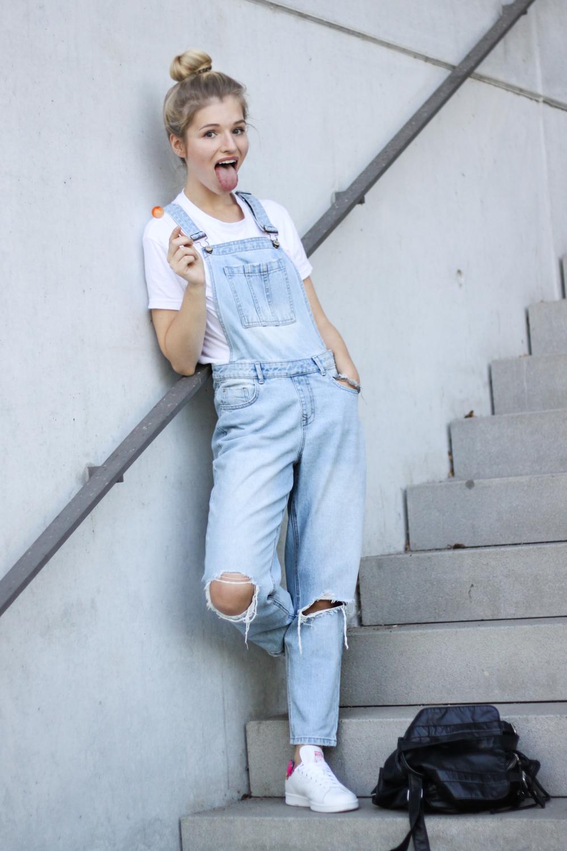 franziska-elea-deutsche-blogger-modeblog-fashionblog-muenchen-latzhose-trend-ootd-style-look-latzhosen-adidas-stan-smith-sneaker-chupa-chups-lutscher